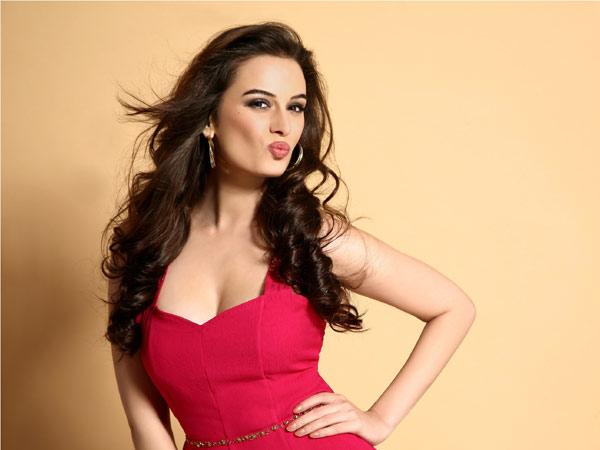 Bollywood Actress Evelyn Sharma Best New Video Gallery
