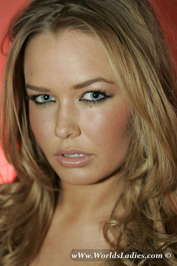 Lara Bingle Photo Gallery