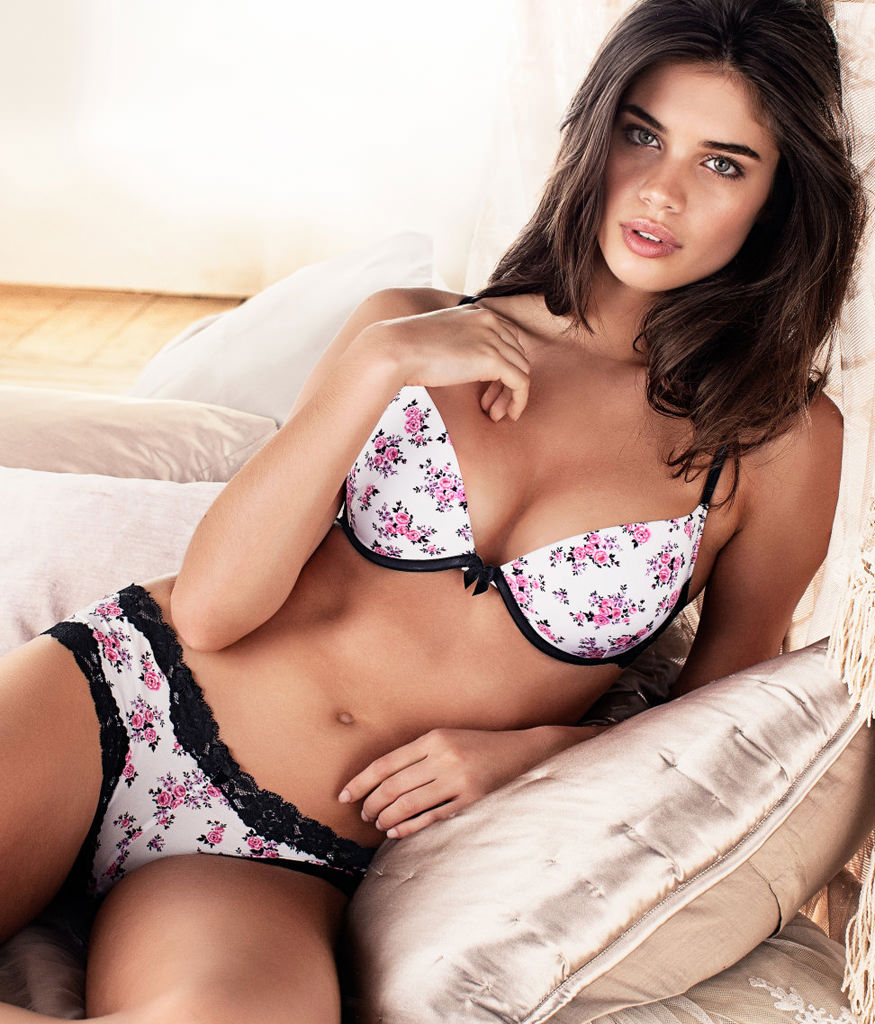 Sara Sampaio Photo Gallery